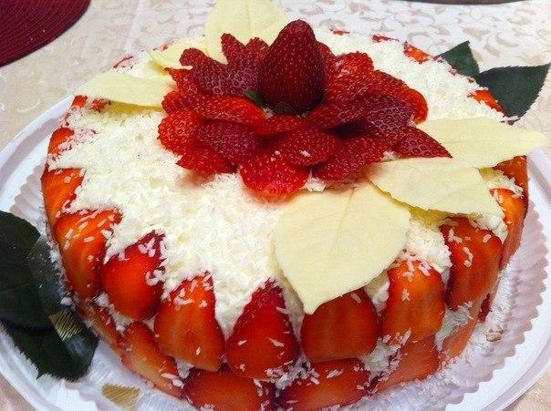 Торт со сгущенкой и клубникой.